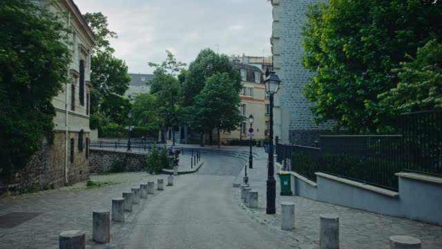 vidéos et rushes de tracking shot of typical montmartre streets - sans personnage