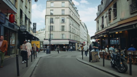 vidéos et rushes de tracking shot of typical paris streets, with bars and cafés, people walking by - rue