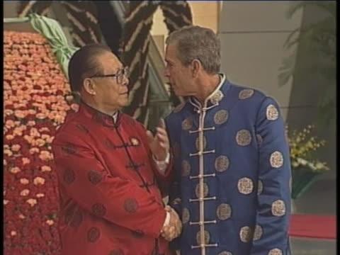 tracking shot of united states president george w. bush arriving and shaking hands at photo op with chinese presidentêjiangêzeminêat theêapecêsummit.... - demokrati bildbanksvideor och videomaterial från bakom kulisserna
