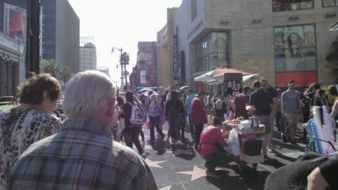 vídeos y material grabado en eventos de stock de tracking shot of walk of fame on hollywood boulevard, hollywood, los angeles, la, california, united states of america, north america - paseo de la fama