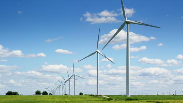 tracking shot of windfarm. summer. - 風力 個影片檔及 b 捲影像