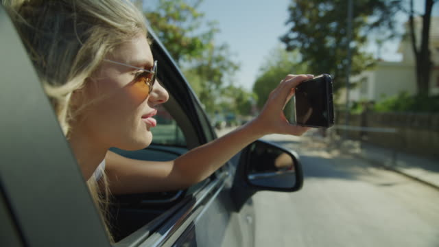 vídeos y material grabado en eventos de stock de tracking shot of woman in car photographing with cell phone / sintra, lisboa, portugal - brazo humano