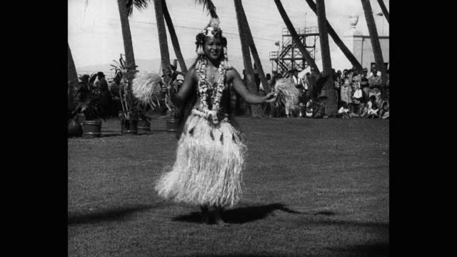 tracking shot of woman performing hula dance in front of audience outdoors, hawaii islands, hawaii, usa - hawaiianische kultur stock-videos und b-roll-filmmaterial