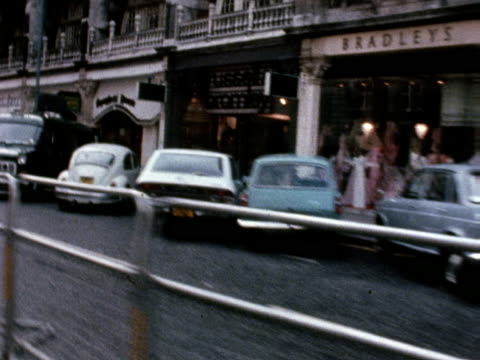 vídeos de stock e filmes b-roll de tracking shot past the spaghetti house restaurant where seven people are being held hostage by three gunmen 29 sep 1975 - setembro