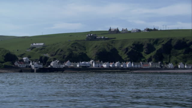 a tracking shot past the village of crovie aberdeenshire. available in hd. - クロヴィー点の映像素材/bロール
