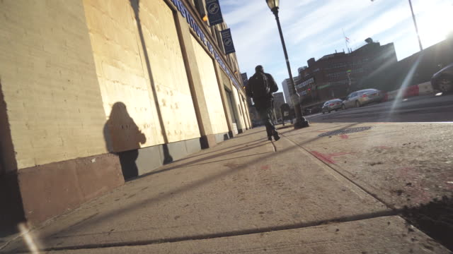 stockvideo's en b-roll-footage met tracking shot, person walks down sidewalk in new york city - voetgangerspad