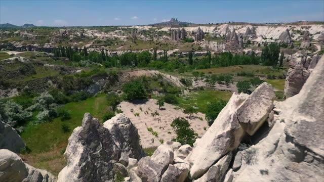 vídeos de stock e filmes b-roll de tracking shot perspective of rocks to bushlands - exposto ao ar