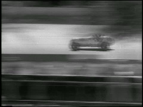 vídeos de stock e filmes b-roll de b/w 1933 tracking shot race car speeding along track in indianapolis 500 - 1933