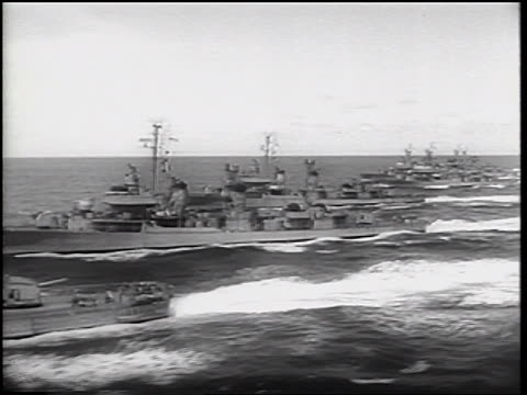 stockvideo's en b-roll-footage met b/w 1962 tracking shot row of us military ships moving forward on ocean / cuban missile crisis - koude oorlog