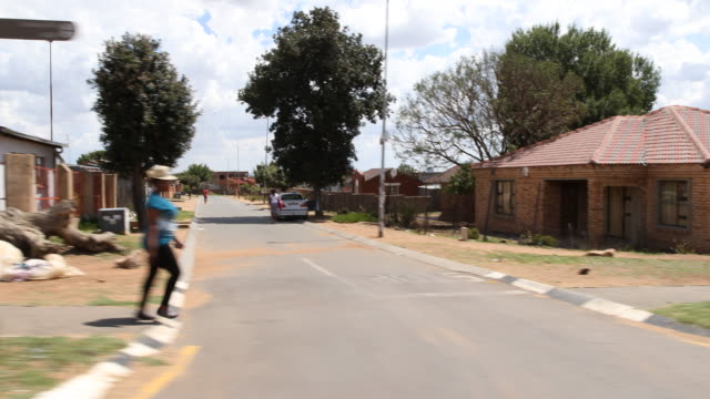 tracking shot showing a residential area in soweto, a township in johannesburg. - ソウェト点の映像素材/bロール