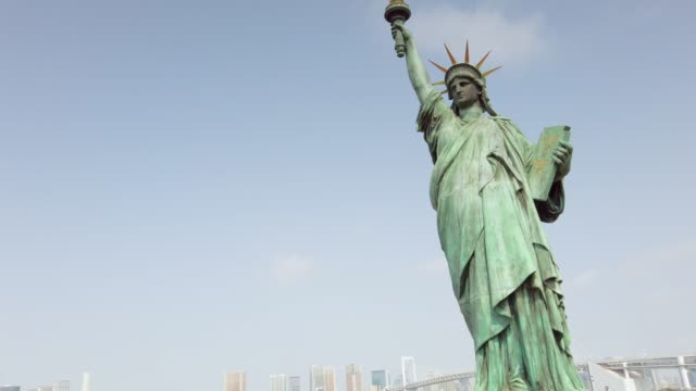 4k tracking shot :statue of liberty in odaiba in tokyo , japan . - statue of liberty stock videos & royalty-free footage