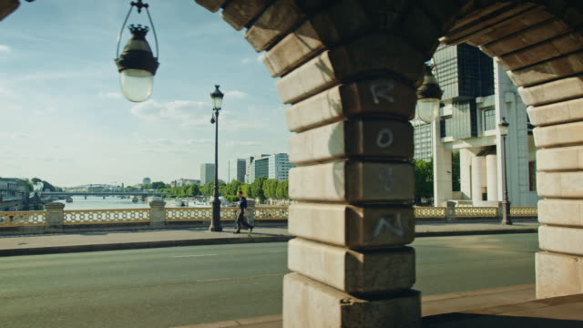 vidéos et rushes de tracking shot the seine river from under the bercy bridge - pont