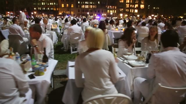 vídeos y material grabado en eventos de stock de tracking shot thousands of people all dressed in white set up picnic tables for the diner en blanc event on september 18 2013 in new york city some... - silla plegable