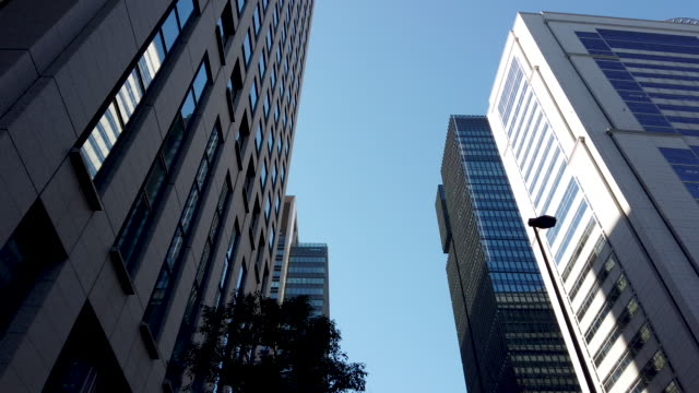 tracking shot . tokyo cityscape office background . - inquadratura dal basso video stock e b–roll