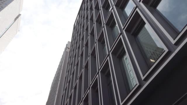 4k spårning shot . tokyo cityscape office bakgrund - moving past bildbanksvideor och videomaterial från bakom kulisserna