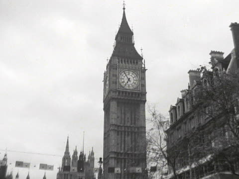 vidéos et rushes de tracking shot towards the houses of parliament showing the street decorations and viewing platforms erected for the coronation of queen elizabeth ii - parlement britannique