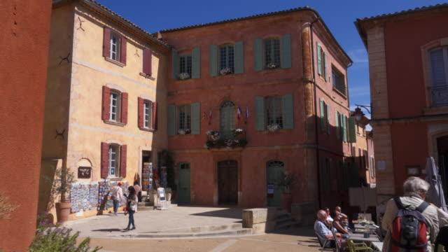vidéos et rushes de tracking shot town hall building in roussillon - village