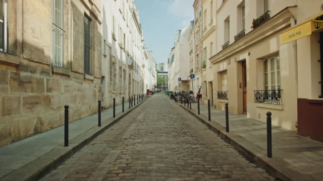 vidéos et rushes de tracking shots of old streets near the mouffetard area - dolly shot
