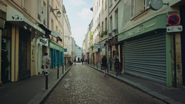 vidéos et rushes de tracking shots of old streets near the mouffetard area - immeuble