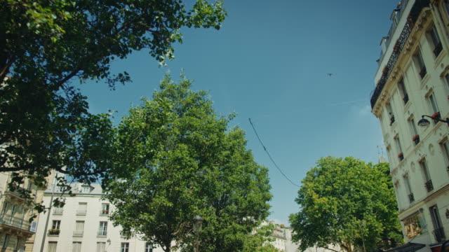 vidéos et rushes de tracking shots of typical paris streets near the mouffetard area - travelling sur chariot