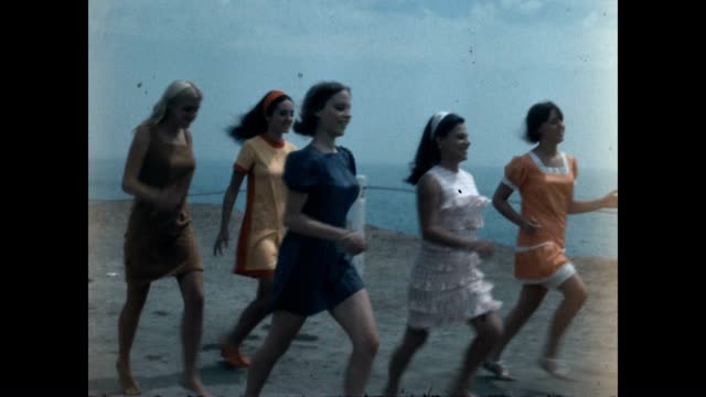 vidéos et rushes de tracking shots of young women in minidresses running to the beach in 1969 - nostalgie