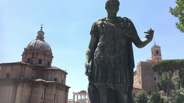 vidéos et rushes de tracking statue of julius caesar, roman forum, rome - gladiateur