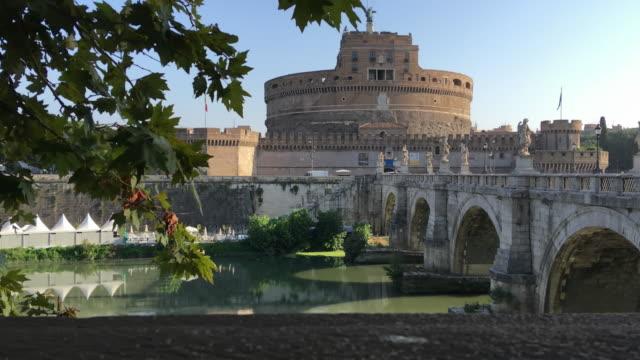 tracking the bridge that crosses the tiber river towards the castel sant angelo, rome - arco architettura video stock e b–roll