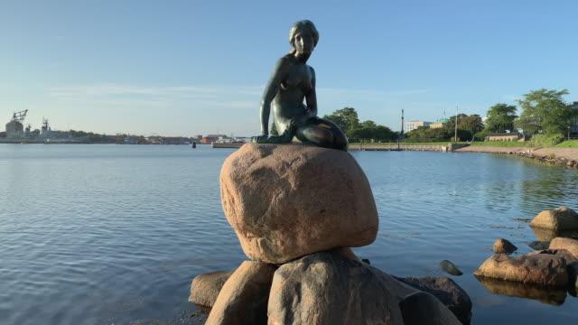 tracking the little mermaid in copenhagen - オーレスン地域点の映像素材/bロール