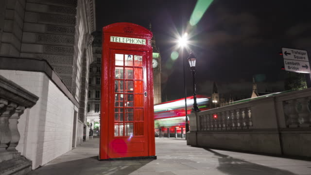 vídeos y material grabado en eventos de stock de tracking time-lapse of big ben behind a telephone booth in london. - cultura británica
