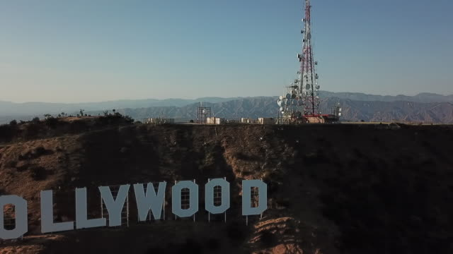 vidéos et rushes de tracking to the right of hollywood sign, high hills of parc griffith park, district of glendale, district of hollywood and central los angeles - hill