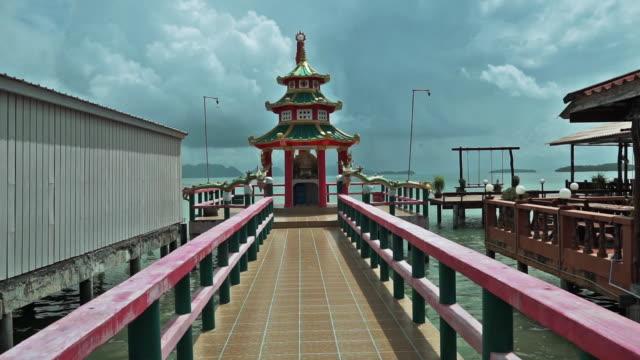 tracciamento verso il tempio cinese, città vecchia, ko lanta, thailandia - temple building video stock e b–roll