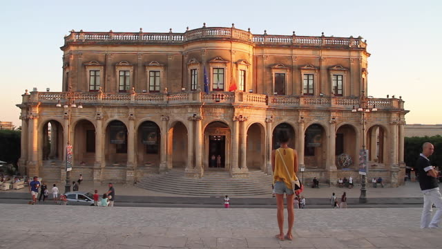 tracking towards the stunning baroque ducezio palace, now the town hall, noto, sicily, italy - baroque点の映像素材/bロール