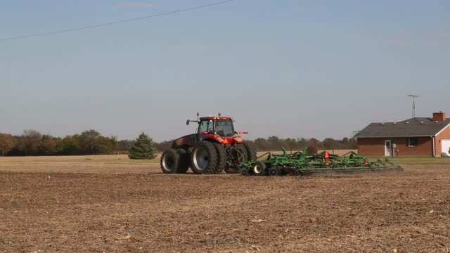 stockvideo's en b-roll-footage met tractor plowing corn field in ohio in fall - chillicothe