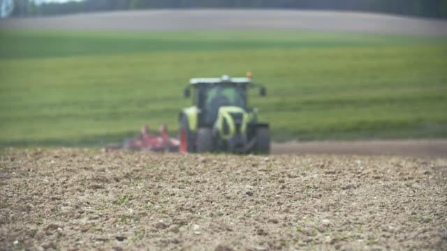 Tractor arar el campo
