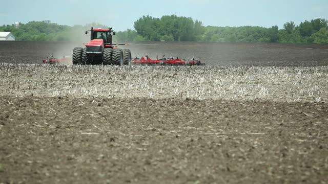 traktor farm gepflügt frühling feld - pflügen stock-videos und b-roll-filmmaterial