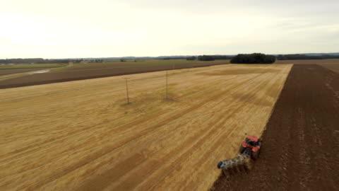 vídeos y material grabado en eventos de stock de antena tractor arar el campo, - campo arado