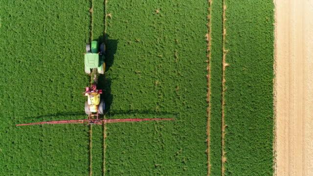 Tracteur pulvérisation cultures champ au survol du printemps