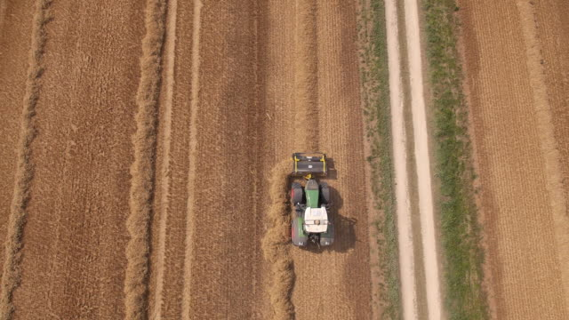stockvideo's en b-roll-footage met tractor turning straw - tractor