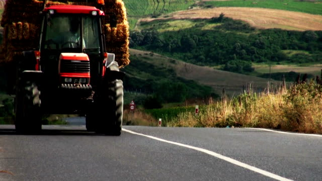 stockvideo's en b-roll-footage met tractor - tractor