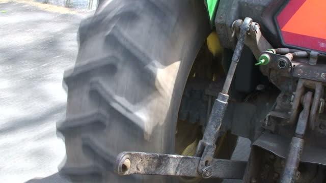 traktor video - fahrzeug fahren stock-videos und b-roll-filmmaterial