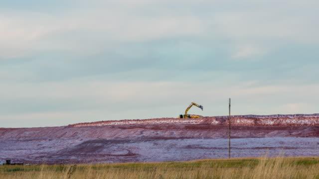 vidéos et rushes de tracteur travaillant sur le site minier - digging
