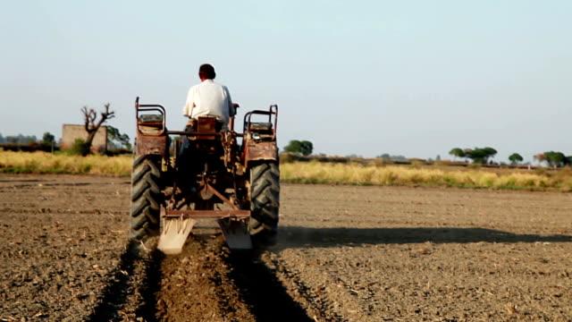 Traktor Arbeiten im Feld