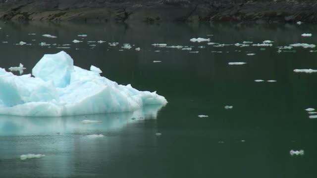 vídeos y material grabado en eventos de stock de tracy arm fiordo de icebergs. - helado condición