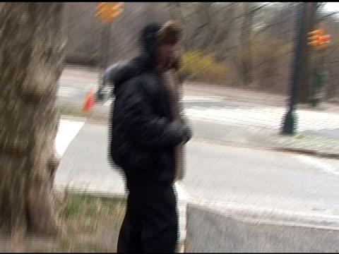 vídeos y material grabado en eventos de stock de tracy morgan on the set of 30 rock in central park in new york city 03/23/11 - tracy morgan