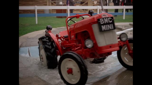 vídeos y material grabado en eventos de stock de montage trade show of agricultural equipment in kenilworth / united kingdom - castillo kenilworth