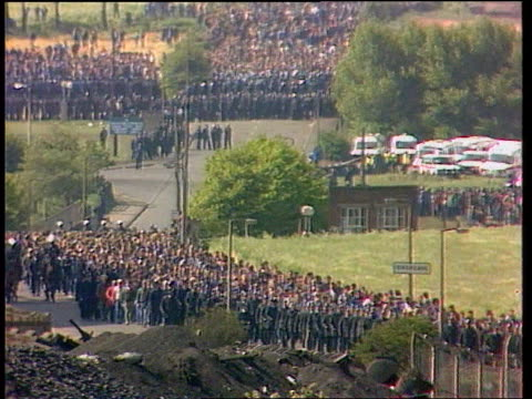 trade union power; yorkshire: orgreave seq orgreave miners and pickets/scuffles with police itn inj1613/30.5.84/ - trade union stock videos & royalty-free footage