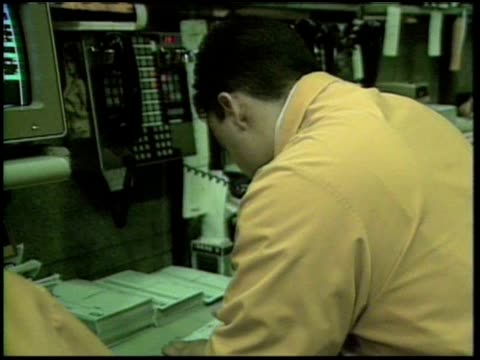 vidéos et rushes de traders and brokers hard at work at the chicago mercantile exchange. - trader