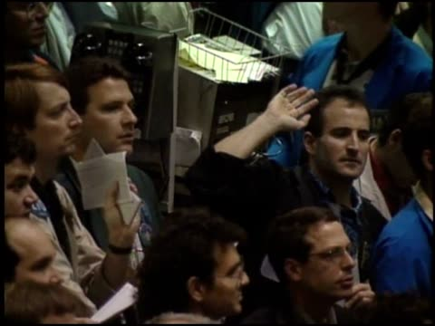 vidéos et rushes de traders and brokers work the busy floor of the cme. - trader