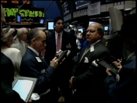 vidéos et rushes de nyse traders and brokers working the floor of the stock exchange - bourse de new york