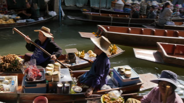 vídeos de stock, filmes e b-roll de traders and buyers on boats at damnoen saduak floating markets, bangkok, thailand, southeast asia, asia - tailândia
